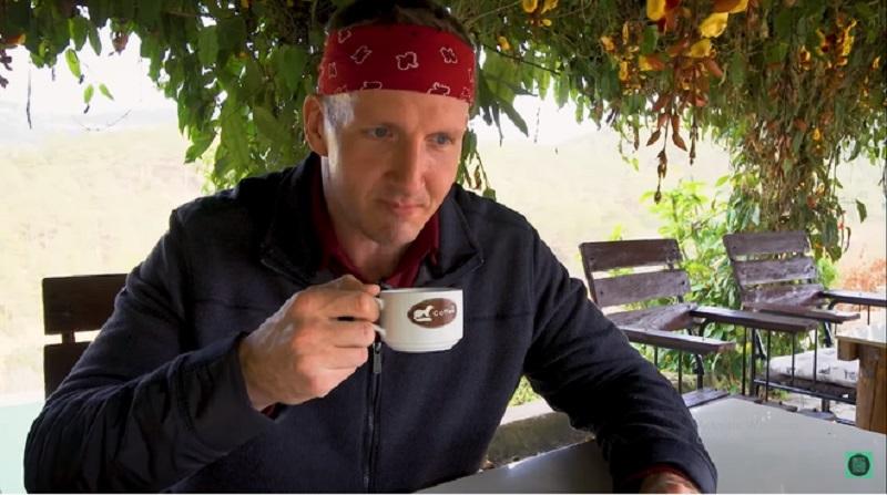 Sonny Side thưởng thức cà phê chồn