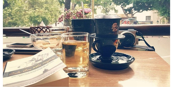 Khoảng lặng bên tách cà phê đắng