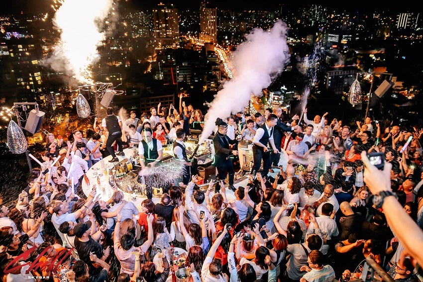 Chill Sky Bar ôm trọn cả thành phố Sài Gòn