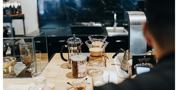 Vì sao nên uống một ly nước trước khi uống cà phê?